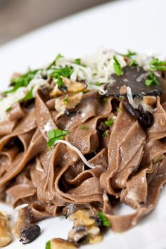 Chocolate infused tagliatelle pasta with black truffles, chestnuts cacao nibs and gruyere cheese. Simple and tasty. Chocolate Pasta, Chocolate Truffles, Dessert Chocolate, Chocolate Brownies, Risotto Cremeux, Tagliatelle Pasta, How To Make Tortillas, Roasted Chestnuts, Savoury Dishes