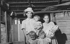 Una familia en su casita de Utuado, Puerto Rico (1941)