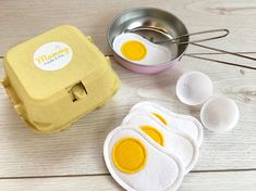 I've just found Pretend Play Felt Food Eggs. This box of crackable eggs are perfect for any child that likes to pretend to bake in their play kitchen! Pretend Food, Pretend Play, Felt Diy, Felt Crafts, How To Make Eggs, Felt Play Food, Play Shop, Toy Kitchen, Diy Food