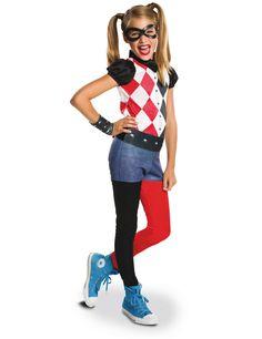 Disfarce clássico Harley Quinn™ Superhero Girls™: Este disfarce para menina é sob licença oficial de Harley Quinn™. Ele é composto de uma combinação , uma máscara, um manguito e um cinto ( sapatos... #HalloweenDisfarces #HarleyQuinnDisfarces