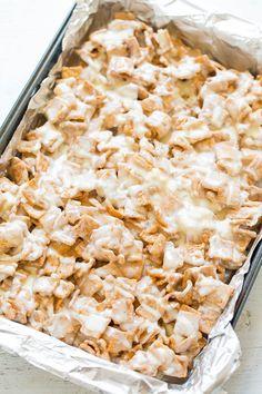 cinnamon toast crunch No-Bake White Chocolate Cinnamon Toast Crunch Bars No-Bake White Chocolate Cinnamon Toast Crunch Bars - EASY, no-bake bars that are soft Chocolate Peanuts, White Chocolate, Snack Recipes, Dessert Recipes, Snacks, Dessert Bars, Rice Krispies, Krispie Treats, Marshmallows