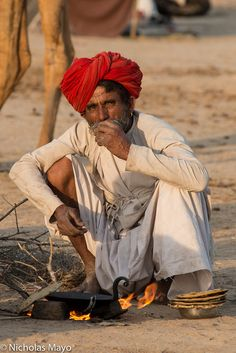 An open air kitchen. Cooking chapatis with his camel nearby. Photography Poses For Men, Indian Photography, People Photography, Village Photography, Human Figure Sketches, Figure Sketching, India Street, Ariana Grande Drawings, Village Photos