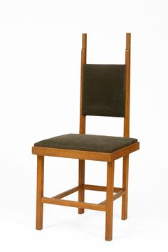 Jan Wils. Deze stoel uit de jaren twintig van de vorige eeuw laat de invloed van Frank Lloyf Wright zien en ook van De Stijl waar Wils een tijdje lid van was.