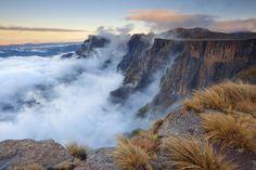 Die Drakensberge kennzeichnen das höchste Gebirge Südafrikas. Die Gebirgszüge erstrecken sich durch den Krüger-Nationalpark bis zur Garden Route und liegen dabei nur rund 150 Kilometer von der Großstadt Durban entfernt. Wild Nature, Nature Reserve, South Africa, Garden Route, Ocean, Mountains, Country, City, Gallery