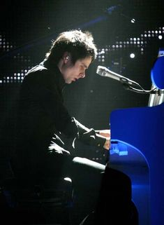 Matt Bellamy - Muse - Wembley Arena, London, UK (November 2006)