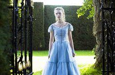 Alicia( Mia Wasikowska): El vestido de Alicia que lleva a la fiesta del principio es de color azul para recordarnos a Alicia pero con un estilo más juvenil. Tiene bordados en el dobladillo de conejos y motivos rurales anticipando lo que ocurrirá después.