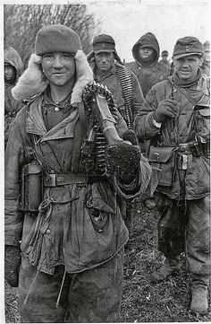 """ostfeldzug: """" Großdeutschland division personnel on the Eastern front. Date unknown. German Soldiers Ww2, German Army, Mg34, Germany Ww2, German Uniforms, Ww2 Photos, Military Pictures, War Photography, Luftwaffe"""