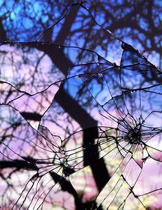 Série de fotos retrata espelhos fragmentados refletindo a paisagem do céu.