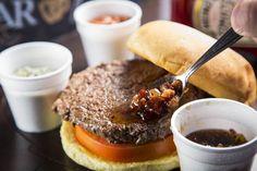 """O sanduíche ainda leva um saboroso molho ChipotlePão, carne, queijo e bacon. Uma combinação clássica que ganhou um toque gourmet com a receita do """"The 3 Sauce Trip"""", criado pelo chef Gustavo …"""