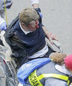 Multidão se aglomera em torno do local das explosões que deixaram mortos e diversos feridos, próximo à linha de chegada da maratona de Boston, nos Estados Unidos (© AP)