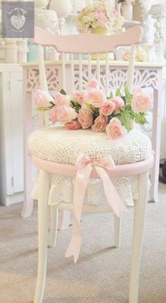 Pretty Shabby Chic Decoration Ideas Shabby Chic Chair Decorating with Fresh Pink Flowers. Shabby Chic Project Idea Project Difficulty: Simple Shabby Chic Chair Decorating with Fresh Pink Flowers. Cottage Shabby Chic, Cocina Shabby Chic, Muebles Shabby Chic, Shabby Chic Chairs, Shabby Chic Living Room, Shabby Chic Bedrooms, Shabby Chic Kitchen, Shabby Chic Furniture, Cottage Style