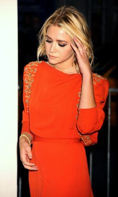 OLSENS ANONYMOUS ASHLEY OLSEN STYLE FASHION BLOG BEADED ORANGE GOWN DRESS EVENT SHORT HAIR BOB WAVY WAVES DIAMOND SOLITAIRE RING CHAIN TENNIS BRACELET CLOSE UP GET THE LOOK
