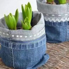 Recycling jeans and furnishing a house. Today, we have selected for you 20 ideas to furnish home recycling old jeans. Artisanats Denim, Denim Fabric, Diy Jeans, Diy With Jeans, Sewing Jeans, Jean Crafts, Denim Crafts, Jean Diy, Basket Crafts