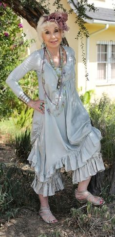 Love to see older women wearing these pretty shabby outfits. - Love to see older women wearing these pretty shabby outfits. Bohemian Style Clothing, Bohemian Mode, Boho Chic, Shabby Chic, Stylish Older Women, Older Women Fashion, Boho Fashion, Fashion Outfits, Fashion Black