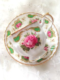 Utterly feminine & fabulous, thats the ambiance of this lovely vintage tea set by Royal Dover. Pings beautifully. Measures Approximately: Cup: