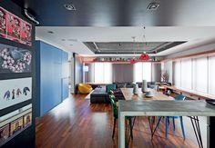 O living deste apartamento ficou amplo com a eliminação de um quarto e a abertura da cozinha. O teto ganhou iluminação especial graças ao recorte no gesso