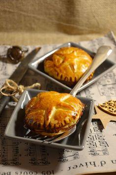 CHAUSSON AU FOIE GRAS & CONFIT D'OIGNONS (1 rouleau de pâte feuilletée, 100 g de foie gras cuit, 1 poire, 1 noix de beurre, confit d'oignon au piment d'Espelette, dorure : 1 jaune d'œuf + à 1 c à s de lait)