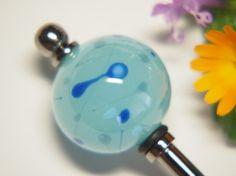 ソーダ色のガラスに青・水色・灰色で線と点の模様を描いたとんぼ玉をかんざしに加工しました とんぼ玉   素材 :ガラス  サイズ:高さ 約2㎝       幅 ...|ハンドメイド、手作り、手仕事品の通販・販売・購入ならCreema。
