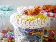 chapeaux pour pots! crochetés façon granny, fleur cousue sur le dessus