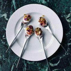 VIS OP HET MENU Fresh seafood voor je gasten! Na drie gangen vis volgt een heerlijk zoet dessert. De elegante borden van wit porselein zijn van Lyngby Porcelæn. Het bestek is een ontwerp van Knud Holscher voor Gense. Door: Lone Kjær. Foto's: Anders Schønnemann. >> Recepten? Je vindt ze in Scandinavian Living Magazine #3
