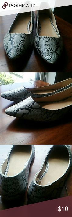 OLD NAVY Flats Size 7 Great Condition! Black and gray flats from Old Navy into great condition! From a smoke and pet free home and very gently worn a few times. Has very minor wear on one of the toes as pictured in the last photo. Old Navy Shoes Flats & Loafers