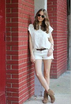ショートパンツはデニムが人気ですが、白色も可愛いですよね。夏は白ショートパンツにトップスはレース刺繍柄のTシャツをセレクト。  カジュアルなのにレースっぽい柄がエレガント。トップスはショートパンツにインして、茶色のベルトをするとオールホワイトコーディネートにめりはりがついてオシャレ。  靴はベルトに合わせて同じく茶色のショートブーツでまとめて。
