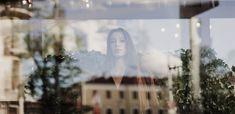 """Cu această concluzie (""""Să fii autentic înseamnă să fii curajos – și viceversa"""")încheiam articolul de luna trecută). În carteaDarurile imperfecțiunii, Brené Brown(cea care a explicat cuvântul """"vulnerabilitate"""" în multiple feluri) Fii, Brene Brown, Polaroid Film"""