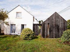 Un pavillon breton s'est vu ajouter une extension dans un matériau inattendu pour la région : le bois brûlé. Dans un souci de traitement durable du bois, l'architecte Marc-Antoine Durand a su s'inspirer de cultures variées pour concevoir cette pièce supplémentaire des plus originales.