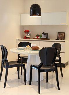 Nesse apartamento, no bairro de Alto de Pinheiros, em São Paulo, somente os banheiros não sofreram grandes mudanças. Todos os outros cômodos ganharam nova vida pelas mãos da arquiteta Cristina Rocha Andrade e da designer Patrícia Rocha. Os novos acabamentos escolhidos foram o suficiente para que o lar desse casal com três filhos adolescentes recebesse …
