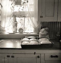 Dorothea Lange, Seven Loaves: 1939 Yakima Valley, Washington kitchen. (photo by Dorothea Lange) Vintage Pictures, Old Pictures, Old Photos, Old Kitchen, Vintage Kitchen, Vintage Baking, Shorpy Historical Photos, Historical Pictures, Yakima Valley