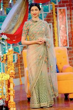 Deepika Padukone on Comedy Nights with Kapil : Deepika looked breath-takingly beautiful in a Sabyasachi lovely saree. Her hairstyle and makeup is perfect. And I love the Curio Cottage earrings. Deepika Padukone Saree, Deepika In Saree, Sabyasachi Sarees, Bollywood Saree, Georgette Sarees, Bollywood Fashion, Designer Sarees Wedding, Saree Wedding, Designer Dresses