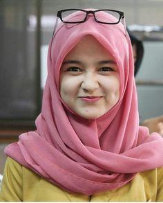 The Smile of The Hijab Girl Hijab Casual, Hijab Chic, Hijabi Girl, Girl Hijab, Hijab Outfit, Beautiful Muslim Women, Beautiful Hijab, Cute Girls, Cool Girl