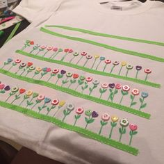 100 days of School t shirt! Easy DIY idea, just ribbons, bottons and glue. #lollipoplab
