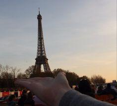 Eiffelturm in der Hand, Paris, Frankreich