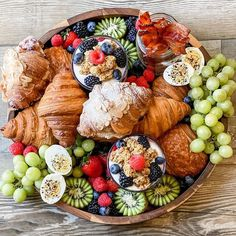 Eid Breakfast, Breakfast Picnic, Breakfast Platter, Wedding Breakfast, Morning Breakfast, Charcuterie Recipes, Charcuterie And Cheese Board, Brunch Recipes, Breakfast Recipes