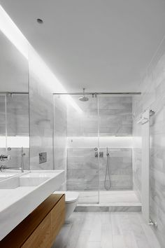 This Madrid apartment got itself a new life when the spanish design studio Lucas y Hernández-Gil took it on its hands. They completely revamped the place, ending up with a new layout, a new kitchen, Modern Small Bathrooms, Modern Bathroom Decor, Grey Bathrooms, Bathroom Layout, Basement Bathroom, Contemporary Bathrooms, Modern Bathroom Design, Bathroom Interior Design, Farmhouse Contemporary