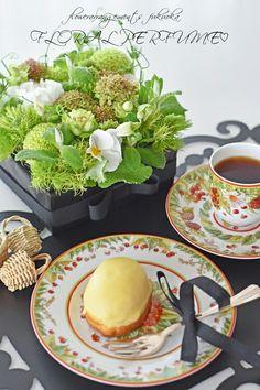ブラックなテーブルお花のあるテーブル