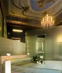 Romeo And Juliet Hotel is located in Venice, Italia. This hotel mixing modern and classic concept for the interior. Romantic and beautiful hotel for the visitor. This hotel was design by Alberto Apostoli Architecture & Design. Boutique Hotel Room, Romeo Y Julieta, Interior And Exterior, Interior Design, Great Hotel, Awesome Bedrooms, Romeo And Juliet, Hotels And Resorts, Decoration