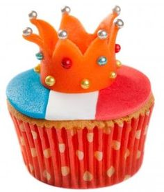 April 2013 is the last Dutch Queen's Day for a while .celebrate with a crown-cupcake for Queen Beatrix today .make it a King's cupcake . Lemon Blueberry Cupcakes, Strawberry Muffins, Cupcake Art, Cupcake Cookies, Dutch Recipes, Sweet Recipes, Netherlands Food, Fantasy Cake, Beautiful Cupcakes