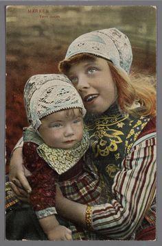 Portret van een meisje met een klein kind op schoot, beiden in Marker dracht. 1900-1907 #NoordHolland #Marken