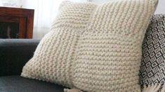 Tonttusukat - neulo lämmin joululahja Throw Pillows, Blanket, Crochet, Toss Pillows, Cushions, Decorative Pillows, Ganchillo, Blankets, Decor Pillows