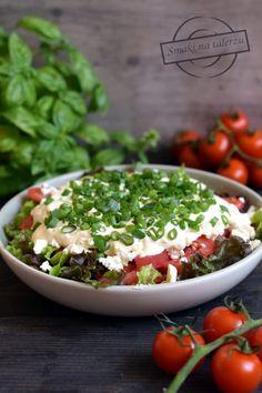 Pomidorowa sałatka z fetą i czosnkowym sosem – Smaki na talerzu Feta, Grilling, Salads, Healthy Recipes, Healthy Foods, Pudding, Desserts, Impreza, Drink