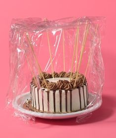 to think i've been using toothpicks all this time. Uncooked Spaghetti as Frosting Protector- Preserve a topnotch frosting job. Poke a few stiff pieces in the surface and sides of a dessert before wrapping it for easy transport. Cupcakes, Cake Cookies, Cookies Et Biscuits, Cupcake Cakes, Cake Icing, Gateaux Cake, New Uses, Baking Tips, Baking Hacks