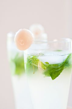 lychee mojito with mint and gin Cocktails To Try, Summer Cocktails, Cocktail Drinks, Fun Drinks, Alcoholic Drinks, Beverages, Lychee Soda, Gin, Recipes