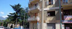 Locale commerciale in Via Luigi Amabile con doppia vetrina per una superficie di circa 70 mq.