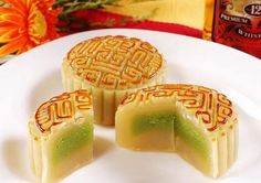 Chinese Mooncakes, probably the most well known Chinese desert. These many variants worldwide! From icecream mooncakes, to coffee, from taro to the traditional cake - these are very expensive and are eaten only with family and friends on the New Year! Chinese Deserts, Chinese Food, Chinese Party, Cake Festival, Food Festival, Dessert Dishes, Dessert Recipes, Chinese Moon Cake, Vegetarian Spaghetti