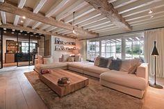 BANK OM TE RELAXEN | VAN HYFTE WONEN | JURGEN WEYNE | VIA @THEARTOFLIVINGONLINE #woonkamer #livingroom #living #haard #openhaard #fireplace #lounge #bank #couch #cosy #landelijk #countrystyle #country #villa #interieur #interiordesign #interiorinspo #forthehome #homedecor #house #huisdecoratie #jurgenweyne