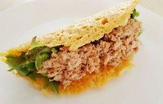 Taco van kaas, met tonijn en sla