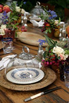 Adicionar frutas frescas em um centro de mesa de flores cria um visual fresco e interessante, que é perfeito para ocasiões especiais ou simplesmente para ter em casa de vez em quando. As cores brilhantes, texturas interessantes e variedade de formas que a fruta pode adicionar a um arranjo de flores. os torna incrivelmente mais...