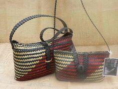 Harakeke (flax) kete with flat bottoms and flat woven handles. Small kete has small stone toggle Flax Weaving, Weaving Art, Weaving Patterns, Basket Weaving, Polynesian Designs, Maori Designs, Sisal, Cultural Crafts, Maori Art